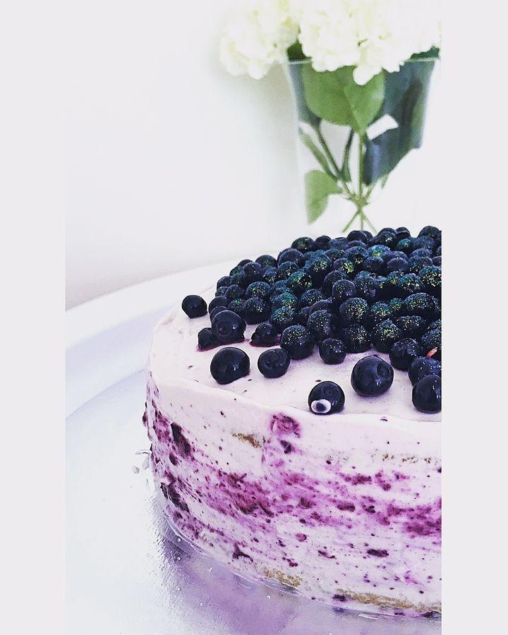 Herkuttelijat -ruokablogi: Kinuskista, valkosuklaasta ja mustikoista rakennettu kakku