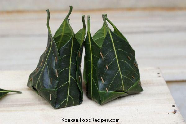 How to weave jackfruit leaves basket to steam idlis in them. Steamed idlis in these jackfruit baskets are called khotto, hittu, khotte kadubu.