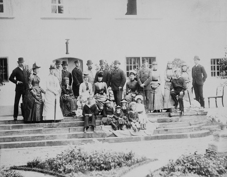 Слева направо, стоя: Роберт, герцог Шартрский, Франсуаза, герцогиня Шартрская; принцесса Мария Орлеанская; Вальдемар, принц Дании; король Кристиан IX; Георг Греческий и Датский; царь Александр III; Король Греции Георг I; Альберт Эдуард, принц Уэльский; наследный принц Фредерик Датский; принцесса Луиза, принцессы Виктория и Мод; принц Анри Орлеанский. Сидят: королева Луиза Датская; Александра Датская, императрица Мария Федоровна из России; кронпринцесса Луиза Датская; цесаревич Николай, 1884