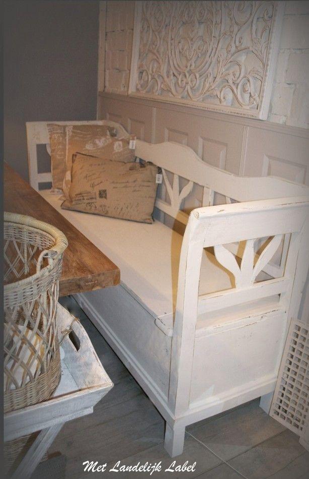 Brocante klepbank in old white. Staat geweldigggg in een brocant en landelijk interieur! Voor meer inspiratie zie de site van: Met Landelijk Label. nl
