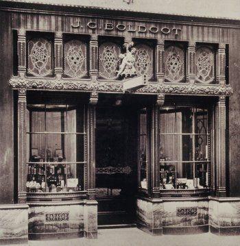 De bekende Boldootwinkel annex showroom 'In 't Geurighe Rooske' in de Kalverstraat 96. Gebouwd in 1918 -1919 naar ontwerp van architect Jordanus Roodenburgh (1886 – 1972).