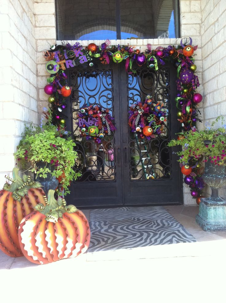 Spooky Fun!: The Doors, Fright Fun, Front Doors Decor, Christmas Doors, Halloween Fun, Holidays Decor, Christmas Ideas, Halloween Doors, Halloween Garlands