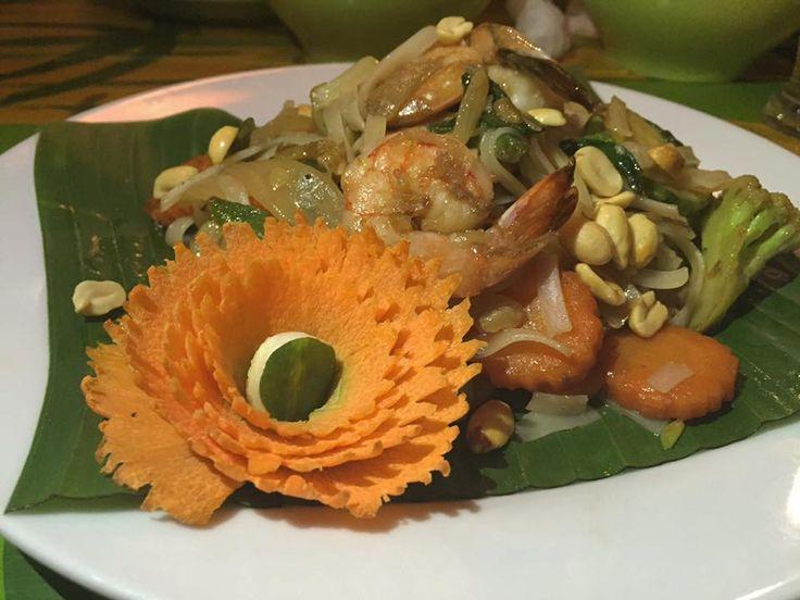 thaise noedels met garnaal, groenten, pinda ' s, en koriander in een restaurant in Paraty (Brasil).