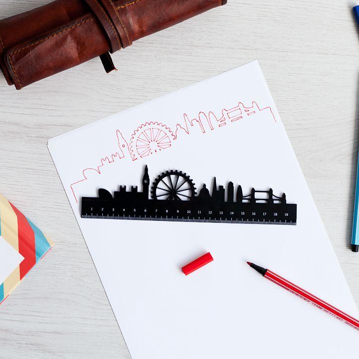 ¡Proclama a los cuatro vientos que tienes la regla a lo #Superbritánico!  Utiliza el lado derecho para medir y subrayar y el lado izquierdo para trazar el skyline de la ciudad de Londres con la precisión de un arquitecto.