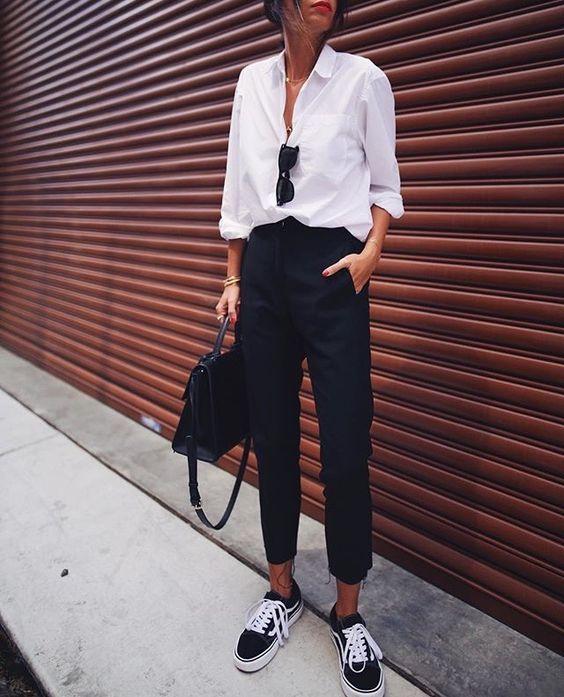 864494429 Como usar peças do escritório no look casual. Camisa branca, calça de  alfaiataria preta, tênis preto vans