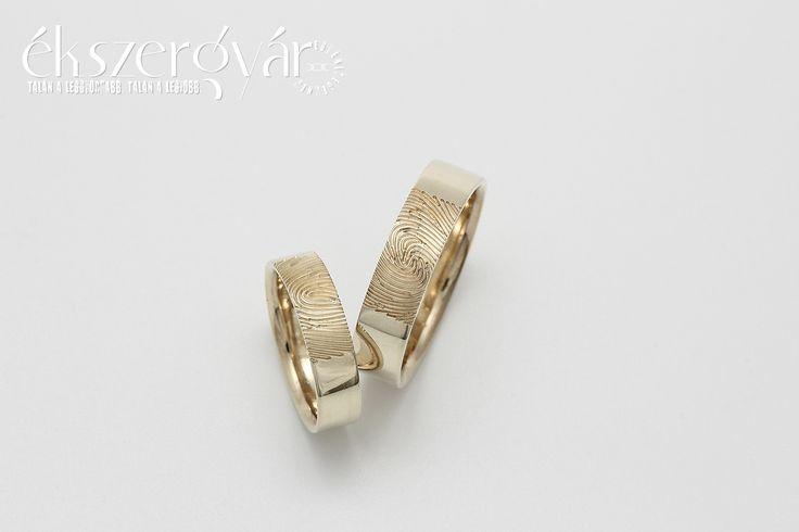 Orsi és Szabolcs sárga-arany ujjlenyomatos jegygyűrűi. :)