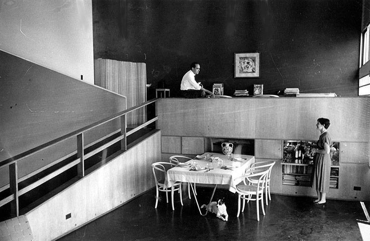 Il pieno e il vuoto.Oscar Niemeyer con la moglie nella loro casa.Niemeyer è morto a 104 anni:architetto dirompente per la visione dello spazio.Progettò il quartier generale delle UN a New York e la costruzione di Brasilia.Negli anni della dittatura militare in Brasile le sue idee lo portarono all'esilio.Gli elementi della contraddizione di quegli anni: geometria degli spazi e partitura della foto svelano la visione dei ruoli: lui su nello studio, lei giù in cucina, il cane sotto la tavola.