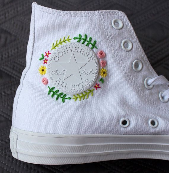 Floral embroidered custom Converse | Broderie sur vetement ...