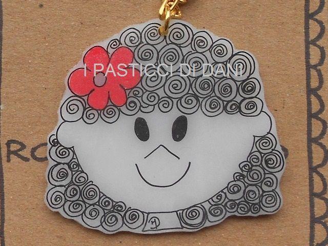Una catena con ciondolo a forma di faccina sorridente in polyshrink