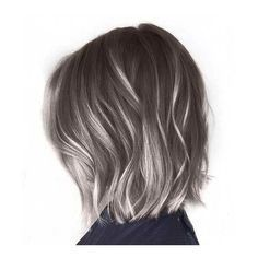eight façons modernes de porter des reflets gris dans vos cheveux
