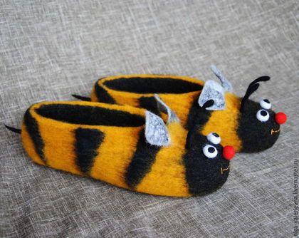 Купить или заказать Тапочки Пчёлы. в интернет-магазине на Ярмарке Мастеров. Помните 'Полёт шмеля'? А эти тапочки - 'Улыбка пчелы' :) Согреют ножки и заставят улыбнуться. Сваляны вручную из 100% овечьей шерсти. Подшиты натуральной кожей. Такая подошва даёт возможность войлочной обуви 'дышать' и ноги в ней не потеют. Обувка не скользит на ламинате, кафеле. Тапы можно стирать ( не желательно только ставить сушить кожей на обогревательный прибор, надо проложить полотенце, ...