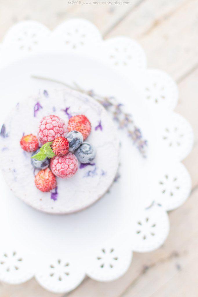 Dessert Raw Vegan al cocco, frutti di bosco e lavanda. Questa cheesecake non necessita di cottura, è di grande eleganza ed è semplicissima! Sana e deliziosa, primaverile e dallo stile romantico e shabby chic. Perché il cibo sano può essere anche bello! Scopri la ricetta su beautyfoodblog | RAW Vegan Cheesecake with coconut, berries and lavender. This amazing, romantic and shabby chic style #glutenfree dessert in delicious and super easy to make. No baking needed! because vegan healthy food…