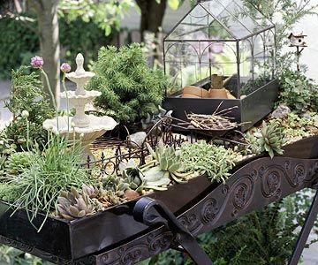 mini jardin avec une serre décorative en verre