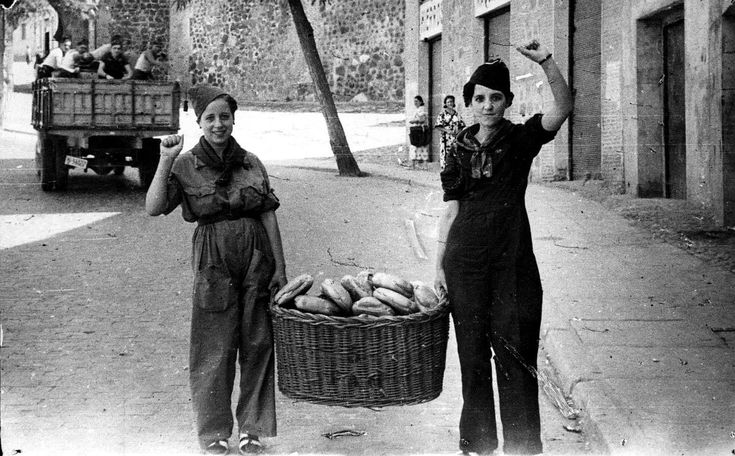Milicianas encargadas del pan que vigilaban a los prisioneros del Alcazar de Toledo 1936.