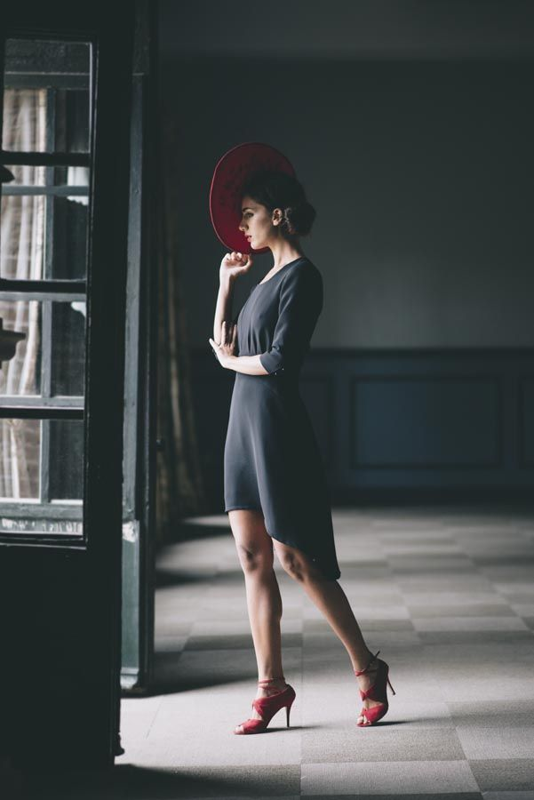 Vestido corto asimétrico con encaje en la espalda Invitada Charlotte Daniel #invitadaperfecta #charlottedaniel #vestidodefiesta