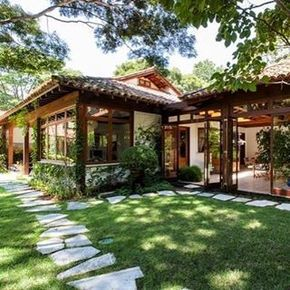Deliciosamente refrescante, rodeada pela natureza que se integra a esta linda casa #idea#inspiration#arquitetura#architecture#design#charming#homestyle#paisagismo#landscaping#madeira#wood#farmhouse#countryhome#instagood#instadecor#decor#style#sandecor