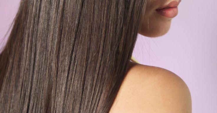 Como alisar o cabelo sem uso de produtos químicos. Os cabelos lisos, retos e sexy estão sempre na moda, mas esse visual pode custar caro. Se o seu cabelo é naturalmente cacheado ou rebelde alguns métodos de alisamento causam danos, como o relaxamento. Mas não se preocupe, você ainda pode conseguir o cabelo liso sem a química e sem o trauma capilar.