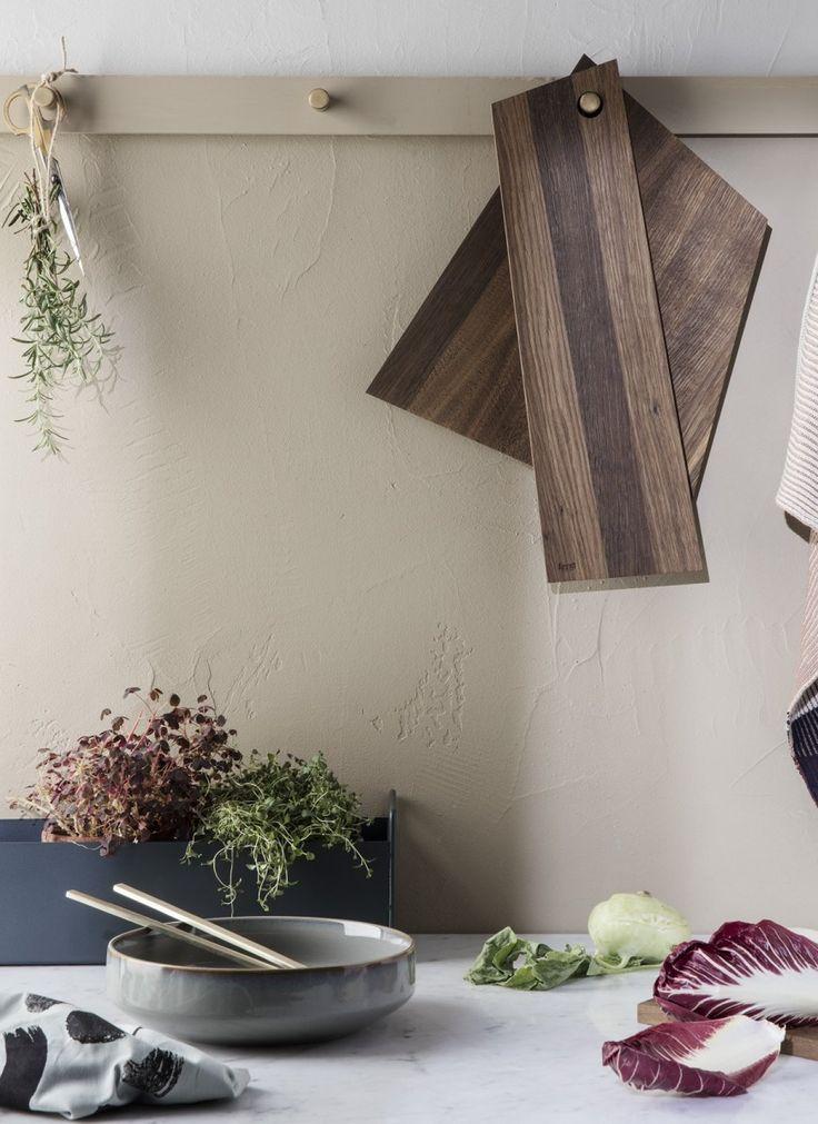 Plant Box mørkegrå, lille fra Ferm Living  Den skønne Plant Box fra Ferm er nu kommet i en mindre udgave, som nemt finder plads også i mindre boliger. Plantekassen er ikke blot til grønne planter, men kan bruges i alle rum, hvor du har behov for samling og ekstra opbevaringsplads.  Formsproget er enkelt og elegant - den lille Plant Box er uden ben, men har to håndtag, så du nemt kan flytte den lige derhen, hvor du brug for den.   På køkkenbordet er den oplagt til duftende krydderurter, olier…
