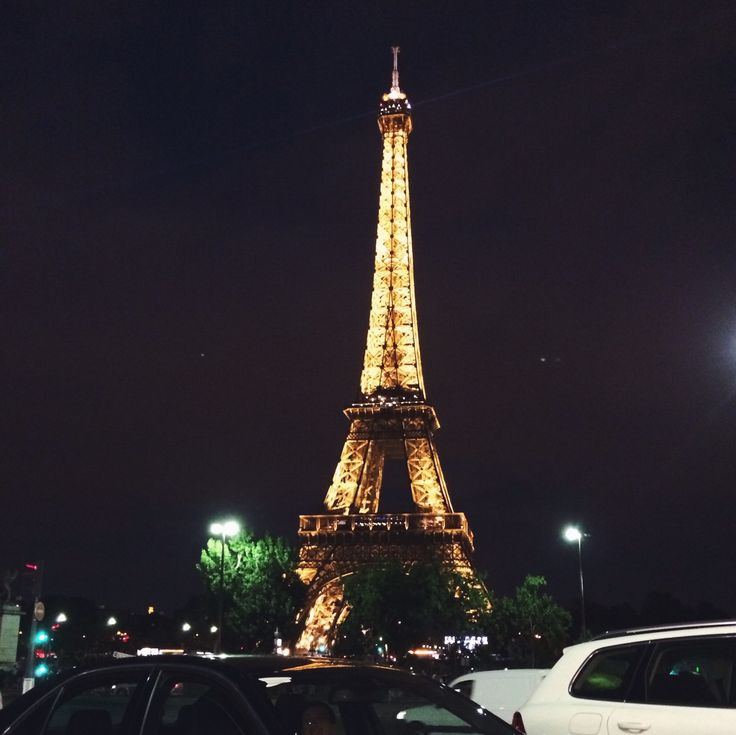 Nigth view of the Eiffel tower.