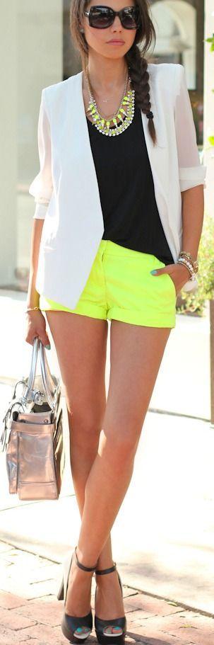pantalones cortos de color amarillo, chaqueta blanca, cami negro y collar de la declaración