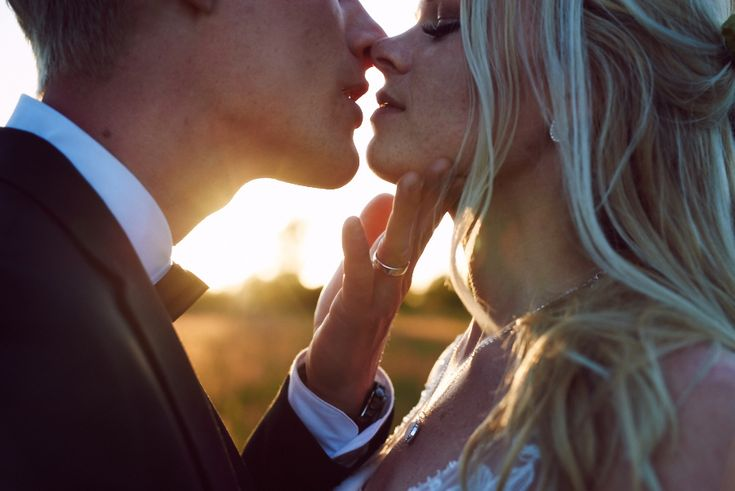 Romantic sunset wedding photography. A nearly kiss picture. Love those! Wedding photograpy inspiration.