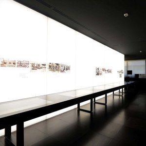 """Sistemi espositivi Museofab per allestimenti museali. Parete espositiva retroilluminata, Mostra """"350 anni della Gazzetta di Mantova"""""""