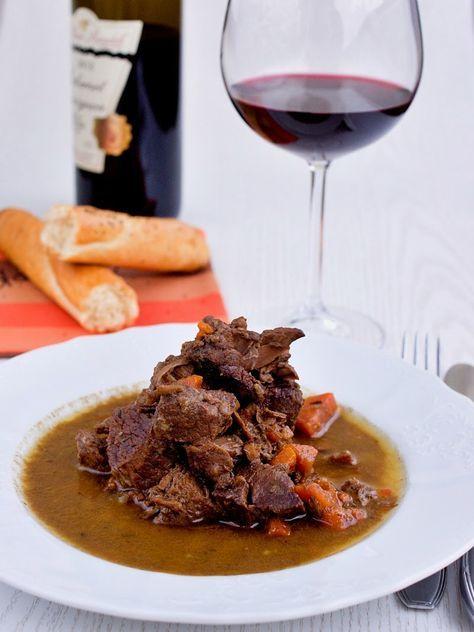Neuvěřitelná francouzská dobrota, která rozhodně stojí za ty skoro tři hodiny dušení. ¾ l červeného vína 1 kg hovězí kýty (spodní nebo květový šál)1 velká cibule½ hlavičky česneku2 bobkové listy8 kul