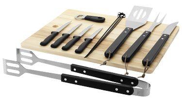 Este set le ofrece todas las herramientas que necesita para la barbacoa. Está formado por una tabla de madera para cortar, pinzas, espátula, tenedor, cuchillo grande, 4 cuchillos para carne, 4 pinchos y un abridor de botellas. Acero inoxidable y madera. http://www.regalodeempresagsr98.es/regalos-merchandising/accesorios-barbacoa-100178/