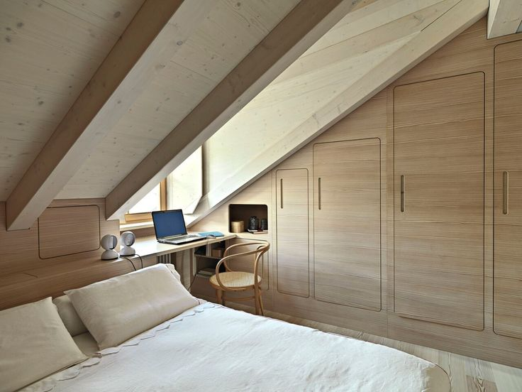 Egyedi bútorral könnyebb. Egy tetőtéri szobába ritkán szoktak jók lenni a készen kapható elemes bútorok. Azoknak van egy szabványmagassága, ami a tetőtérben nem biztos, hogy elfér, mert teljesen változó lehet, hogy a fal hány centinél kezd el dőlni. Ha éppen pechünk van, akkor az életben nem találunk hozzá bútort.