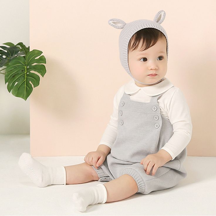 Cosy and timeless baby knitted romper available in two colors: light grey and soft peach.
