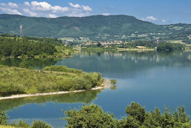 Tra i panorami verdi e alberati del Mugello spunta uno specchio d'acqua: il lago Bilancino. Qui d'estate si possono praticare sport acquatici oppure puoi fare un giro per goderti un po' di relax sulla piccola spiaggia dove c'è anche un bar