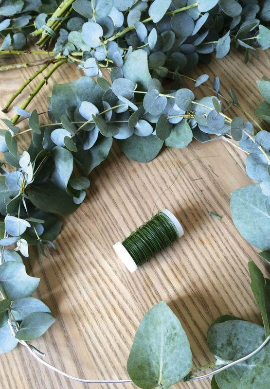 Hjemmelavet krans til døren med Eukalyptusgrene