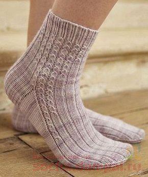 """Вязаные Носки Спицами """"Stride"""" Вязаные носки выполнены резинкой и рисунком «ложные жгуты». Различная длина полосок со жгутами добавляет игривое прикосновение к этим удобным, хорошо облегающим ногу, уютным носкам."""