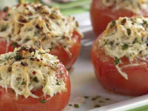 Tomate assado com recheio cremoso de frango por marisouza.mariana | Saladas | Receitas.com