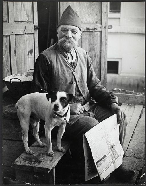 Brassaï (1899-1984) - L'homme au chien, Paris - [inconnu] - Réunion des Musées Nationaux-Grand Palais