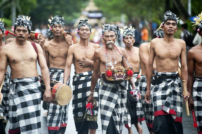 Denpasar street musicians: A band of Balinese men parading on Denpasar's street while carrying musical instrument. They walk down the street for the art festival opening parade last weekend. (Photo by Anggara Mahendra).