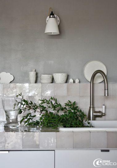 Zelliges dans la cuisine ! Magnifiques carreaux d'argile émaillés. J'adore.  Via Moody's home.