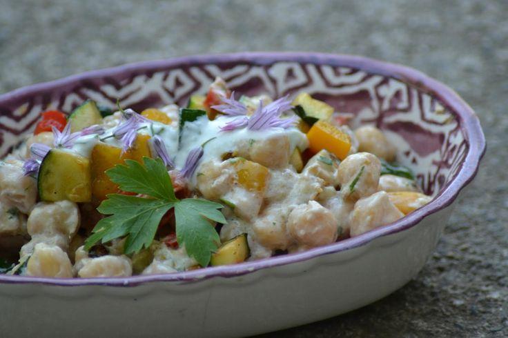 Salade met kikkererwten, tonijn en koriander