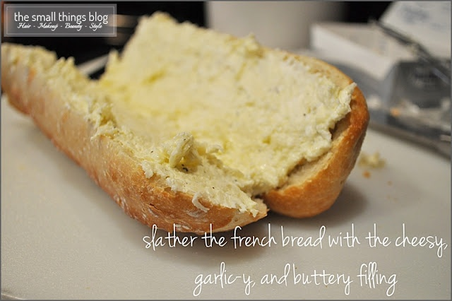 The Small Things Blog: Mouth Watering Garlic Cheesy Bread: Mouth Water, Small Things Blog, Breads Recipe, Cheesy Garlic Breads, Garlic Cheesy, Cheesy Breads, Garlic Cheese Bread, Water Garlic, Cream Chee