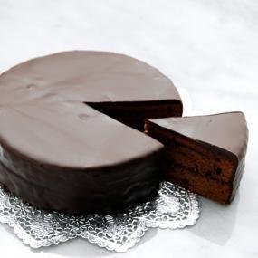 ザッハトルテはオーストリアの伝統的なチョコレートケーキです。 ウィーンのホテル・ザッハーの名物菓子ですが、今日では広く世界各地で作られており、チョコレートケーキの王様と呼ばれています。 濃厚な味わいなので、生クリームを添えるのもおすすめです。
