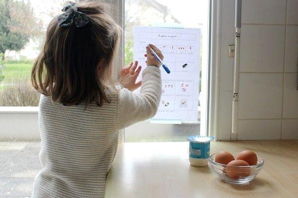 Depuis son plus jeune âge, Poupette adore m'aider en cuisine. Plus petite, elle s'amusait à transvaser des pâtes ou du riz de bol en bol, àéplucher des bananes oudes oignons.Elle s'est ensuite rapidementmise à casser des œufs, à couper des fruits &légumes, et à participer de plus en plus activementà la préparation de nos repas. Elle m'est vraiment d'une grande aide et c'est unbonheur de l'avoir à mes côtés en cuisine! J'espèreque sa petite sœur suivra son chemin et yéprouvera le ...