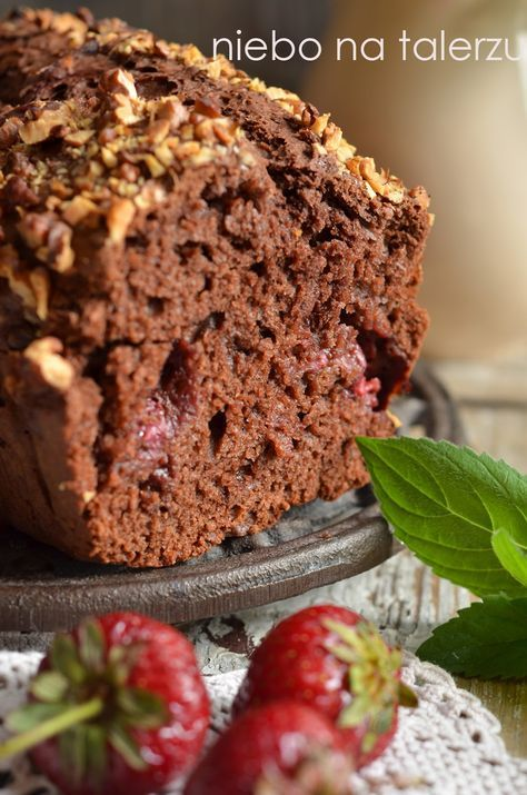 Proste ciasto do zrobienia w pięć minut. Bez potrzeby używania miksera, z porcji na małą keksówkę. Wystarczająco dobre i szybkie, by z ciast...