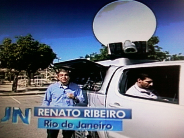 """Mas alguns profissionais vão encarar a estrada. Por exemplo, em uma picape adaptada. """"Um carro preparado para qualquer tipo de chão, de obstáculo, podendo entrar ao vivo de qualquer lugar do Brasil"""", explica um funcionário.. Em 10/06/2013 no Jornal Nacional Globo."""