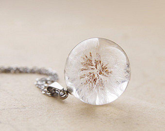 Harz handgemachte Halskette mit natürlichen blauen Blüten der Holz-Vergissmeinnicht (Myosotis Sylvatica). Kleine Blumen mit Kristall-Harz in Form einer Kugel konserviert, es sieht ungewöhnlich und magisch. Diese zarte Stück Natur werden ein schönes Geschenk für jemand besonderen.  Schmuck Größe: Anhänger ist 16 mm (5/8) Durchmesser Sterling Silber 925 mit Kette Marke Tag und Extender, so können Sie die Länge von 16 bis 18 (von 40 cm bis 45 cm) anpassen.  Diese Kette kommt in der natürlic...