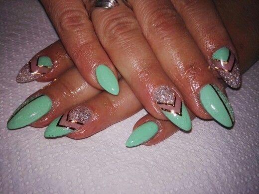 Nail art verde acqua con striping oro e glitter bianchi