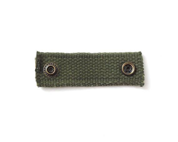 Recycling Kabel Keeper Canvas klein grün  -Recycling der 1950er Jahre Ära militärischen Gurtband -Gurtband kann kleinere peinlich an Altersschwäche und tragen -Messing Snap mit antik-finish -Ausgefransten Enden  Maße: 1 x 1 1/2 gefaltet 1 x 3 1/4 entfaltet ~ 2 zwischen snaps  Anzeigen aller Kabel Halter: https://www.etsy.com/shop/Lindock?section_id=21178495 Alle anzeigen: https://www.etsy.com/shop/Lindock#items