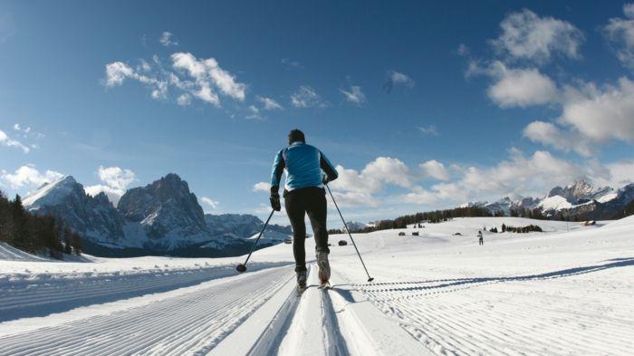 perdre du poids, neige, montagnes, ski de fond, chaussures de ski, veste de ski bleue, bonnet noir