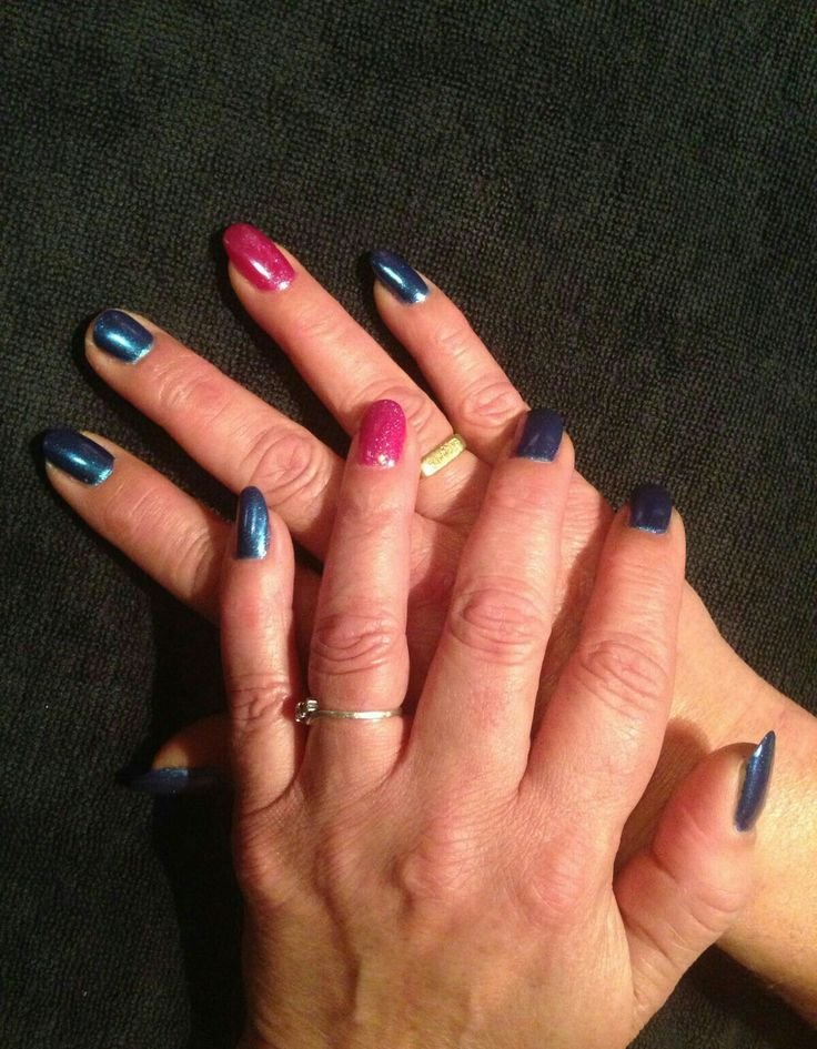Gellak op de natuurlijke nagel, donkerblauwe gellak met chrome roze gellak met roze mermaid glitter als accent nagels op de ringvingers