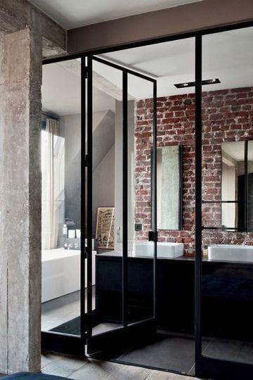 Déco New York pour cette salle de bains avec portes vitrées et briques apparentes - Déco New York : 16 photos pour s'inspirer - CôtéMaison.fr