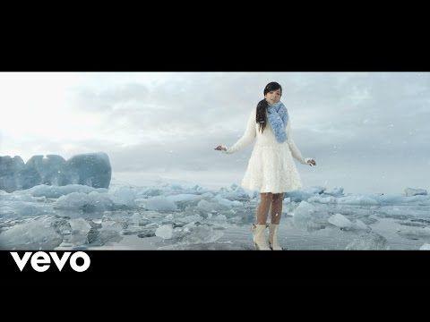 Le clip officiel de Love Story qui est chanté par Indila